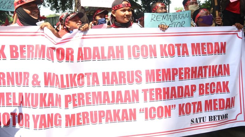 Unjuk rasa dewan pimpinan pusat solidaritas angkutan transportasi umum – becak bermotor