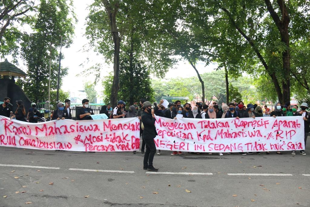 Unjuk rasa aliansi mahasiswa STMIK Triguna Dharma & Universitas Al Wasliyah Medan
